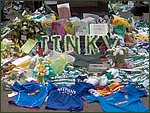 Glasgow City Guide Photographs: Jimmy Johnstone Funeral  Celtic Park 17.jpg  30 April 2006 12:28