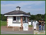 Glasgow City Guide Photographs: Loch Lomond Shores  Balloch 03.JPG  21 July 2006 22:23